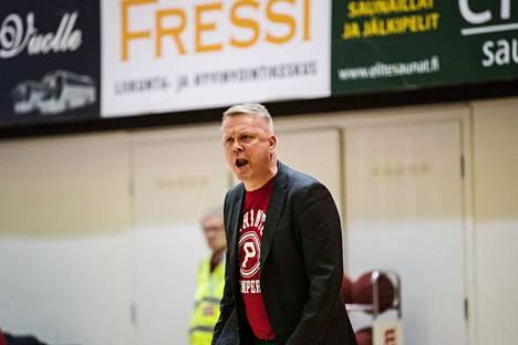 Pyrinnön päävalmentaja Sami Toiviainen ripitti Karhu-tappion jälkeen pelaajiaan minä itse -sankarikoripallosta.