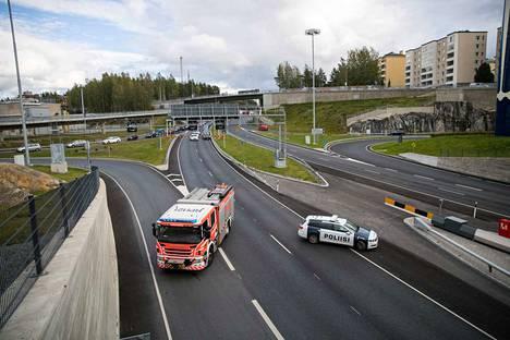 Poliisi ohjasi liikennettä.