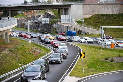 Liikenne ruuhkautui ympäri kaupunkia.