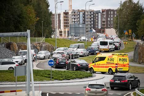 Tunnelin sulkemisen seurauksena muodostui pitkät autojonot.