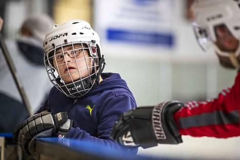 Saku Grönmark, 16, oli isänsä kanssa testaamassa, miten luistelu sujuu.