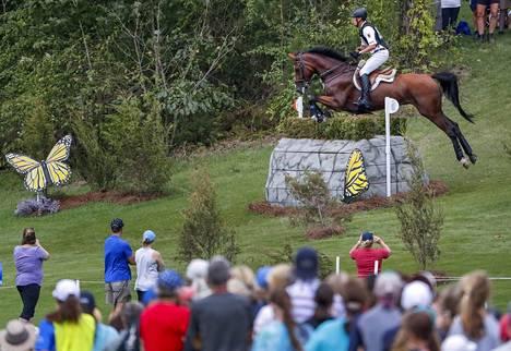 Ratsastuksen MM-kilpailut ovat käynnissä Pohjois-Carolinassa sijaitsevassa Tryonissa. Kuvassa saksalainen kenttäratsastaja Kai Ruder lauantain kenttäkokeessa. Suomen Pauliina Swindells joutui keskeyttämään pudottuaan hevosensa selästä.