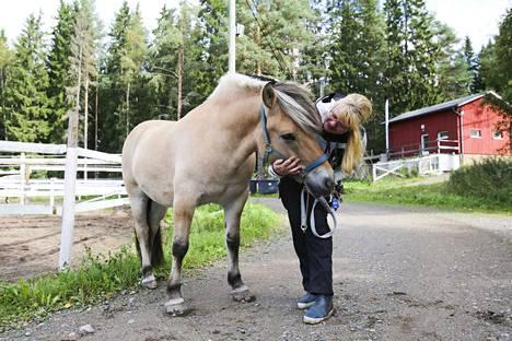 Tahvo on ollut Marjo Korpelalla varsasta saakka. Se on monipuolinen ratsu ja on toiminut myös terapiahevosena.