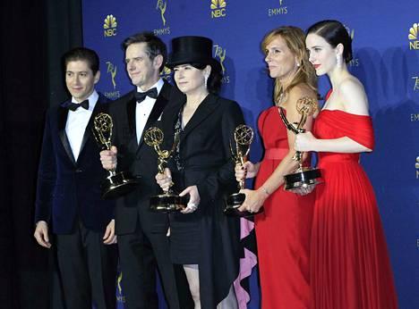 The Marvelous Mrs. Maisel oli Emmy-gaalan komediasarjan juhlituin tapaus. Tekijäjoukko asettautui ansaittuun yhteiskuvaan.