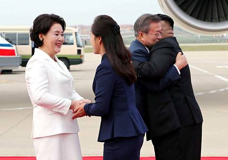 Etelä-Korean presidentti Moon Jae-in (toinen oik.) ja vaimonsa Kim Jung-sook (vas.) saivat lämpimän vastaanoton Pohjois-Korean johtajalta Kim Jong-unilta (oik.) ja tämän vaimolta Ri Sol-julta (toinen vas.) saapuessaan Pjongjangiin tiistaina.
