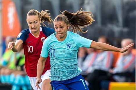Norjan Caroline Graham Hansen ja Hollannin Lieke Martens kohtasivat MM-karsintaottelussa syyskuun alussa.