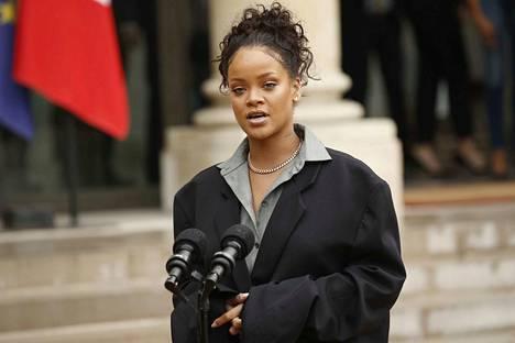 Poplaulaja ja hyväntekeväisyysjärjestön perustaja Rihanna puhui toimittajille tavattuaan Ranskan presidentti Emmanuel Macronin kesällä 2017 Pariisissa. Rihanna houkuttelee Suomea mukaan.