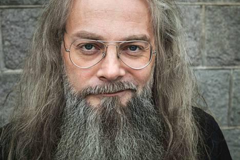 Mokoman laulujentekijä, solisti ja kirjailija Marko Annala on oppinut keikoilla, että joskus taiteilija antaa estyneemmille ihmisille keinot käsitellä asioita, joita muuten ei osaisi käsitellä. Paasto-romaanissa hän avaa osuvasti uskon problematiikkaa.