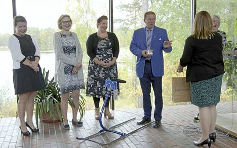Työtoverit Multian kunnasta lahjoittivat kunnanjohtaja Erkki Pyökkimiehelle kilpakelkan, jolla kelpaa potkutella vapaavuosilla.