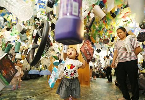 Thaimaalainen tyttö ja äiti vierailivat Elämä ilman jätteitä -näyttelyssä Bangkokissa 12. syyskuuta. Näyttely on luotu kierrätetystä muovista ja muusta jätteestä.