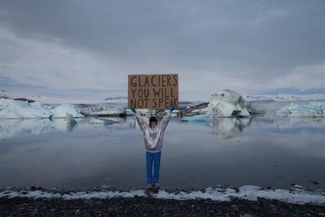 Nastja Säde Rönkön teos For those yet to be käsittelee ilmastomuutosta. Osa videosta on kuvattu Islannissa.