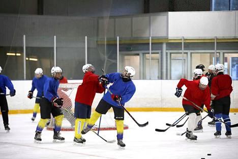 Kokemäen Pitkäjärven jäähallin toiminta jatkui paikallisten yrittäjien ansiosta. Halli on silti edelleen alikäytetty. Kokemäen Kova-Väen C2-juniorit harjoittelivat hallissa maanantai-iltana.