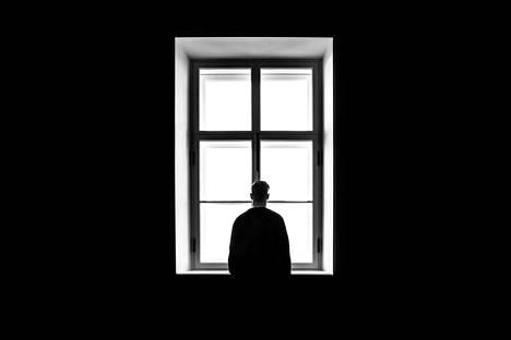 Kuolemasta on vaikea puhua, huomasi kirjailija Henna Mäkelin. Kuvituskuva.