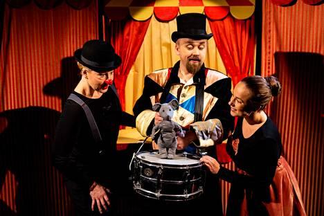 Elina Väänänen (vas.), Harri Helin ja Kristina Koivumies esiintyvät näyttämöllä sekä itsensä kokoisina että herättävät henkiin pikkuisia nukkeja.