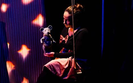 Ballerina (Kristina Koivumies) ja Hiirulainen oppivat sekä uusia taitoja että jotakin itsestään Mukamaksen esityksessä.