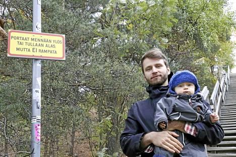 Portaissa ramppaaminen ei häiritse vieressä asuvaa Jussi Heinoa eikä hänen 11-kuista poikansa Kaspiania.
