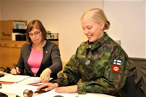 Lukijat pyysivät selvittämään varusmiesten lomapuvun käyttösäännöt, kun Jämijärven kunnanvaltuutettu Josefiina Koivunen johti lomapuvussaan tovin kunnanvaltuuston kokousta kunnanjohtaja Kirsi Virtasen toimiessa sihteerinä.