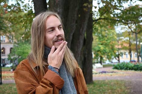 Kalle Anttila ehti etsiä omaa alaansa myös hoitopuolelta ennen kuin löysi näyttelijäminänsä Porin ylioppilasteatterissa. Elämä loksahti oikeaan uomaansa vasta kolme vuotta sitten ja sen jälkeen on tapahtunut paljon.