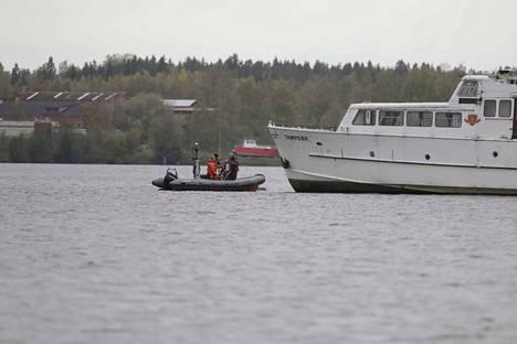 Laivan irrotustyöt olivat käynnissä hieman ennen kello yhtätoista sunnuntaiaamuna. Päivystävä päällikkö Jari Nieminen Pirkanmaan pelastuslaitokselta kertoi aiemmin sunnuntaina, että paikan päälle tuodaan neljä venettä hinausavuksi.