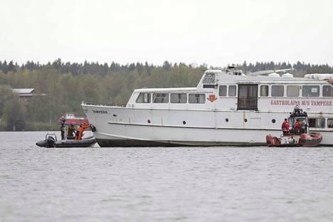 M/S Tampere oli vielä sunnuntaiaamuna jumissa savessa. Irrotusoperaatio alkoi sunnuntaiaamuna kello 10.