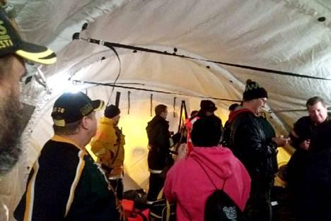 Vesiltä päästyään evakuoidut matkustajat odottelivat jatkokyytiä pelastuslaitoksen pystyttämässä teltassa.