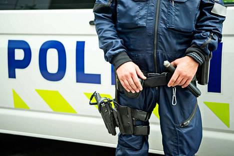 Rikoskokonaisuuden tutkintanimikkeinä ovat tällä hetkellä ainakin ampuma-aserikos, vaaran aiheuttaminen, rattijuopumus, ajo-oikeudetta ajo ja törkeä liikenneturvallisuuden vaarantaminen. Kuvituskuva.