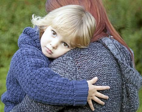Suomessa arviolta joka neljäs alaikäinen lapsi elää perheessä, jossa vanhemmalla on hoitoa vaativa päihde- tai mielenterveysongelma. Viitekuva.