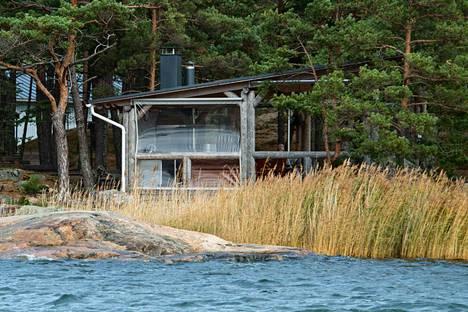 Syyskuisena viikonloppuna ainakin keskusrikospoliisin, Rajavartiolaitoksen ja Lounais-Suomen poliisin edustajat tekivät suuroperaation Turun saaristossa sijaitsevaan Säkkiluodon saareen.