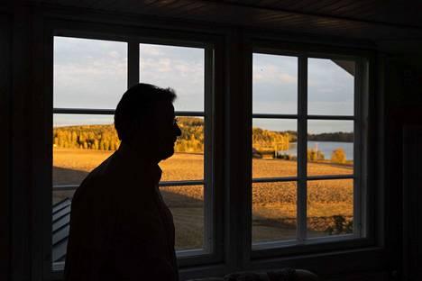 Tomin talon yläkerrasta aukeaa maisema Ryömälänvuorelle ja Tupurlanjärvelle. Sen ohi Eero Tomi kulkee kohti moottoreiden, konepiirustusten ja -ohjelmistojen vastapainoa, omaa mielipaikkaansa.