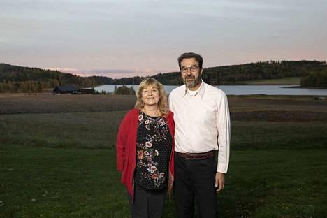 Kirjailija ja opettaja Ilona Tomi ja insinööri Eero Tomi kuuluvat Tupurlanjärven maisemaan. He perustivat ystäviensä kanssa muutama vuosi sitten myös oman kirjankustannusyhtiön, Kunstin.