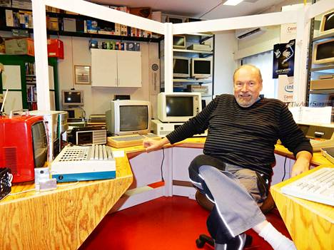 -Tietotekniikasta on apua, vaikka se ei välttämätöntä olekaan, tuumii Kari Kotiranta. Tiedetilalla esittäytyvät tietokoneiden eri sukupolvet. Vanhin, etualalla oleva laite on vuodelta 1977 ja isännän itsensä rakentama.