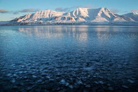 Ilmastonmuutos näkyy esimerkiksi jään vähenemisenä arktisilla alueilla. Kuvassa Norjan Huippuvuoret.