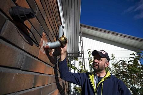 Jaakko Sepänmaa lämmittää öljyllä vain omakotitalonsa käyttöveden. Viimeksi hän tilasi öljyä kaksi vuotta sitten. Seinässä olevan putken päässä hänellä on lain vaatima nokkavipuliitin.