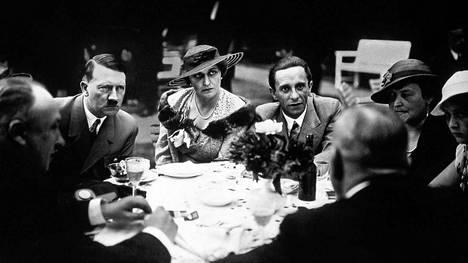 Magda Goebbels surmasi natsi-Saksan raunioilla itsensä ja kuusi lastaan. Dokumentti kertoo, miten sivistyneestä ja tyylikkäästä seurapiirineidosta tuli kolmannen valtakunnan ensimmäinen nainen. Kuvan keskiössä ovat Adolf Hitler, Magda Goebbels ja Joseph Goebbels.