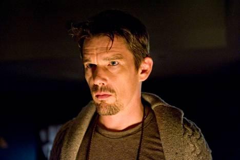 Ullakolta löytyy murhafilmejä Sinister-elokuvassa. Ethan Hawke on kirjailija Ellison Oswalt.