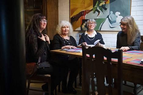 Marja-Leena Kukkasmäki (kuvassa oikealla) on yksi porilaisen Sunkirja-kustantamon uusista kirjailijoista. Kuvassa hänen lisäkseen vasemmalta sarjakuvan julkaissut Linnea Miettinen, kustantaja Leila Tuure ja esikoiskirjansa julkaissut Lea Honkanen.