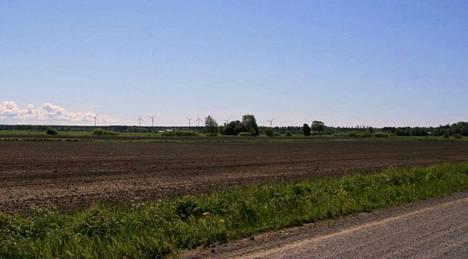 Havainnekuva 2015 kaavaehdotuksesta. Kahdeksan myllyn tuulivoimala sovitettuna Lemlahden pelto- ja metsämaisemaan.