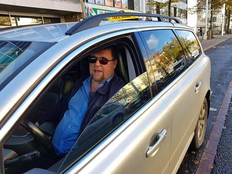 Taksinkuljettaja Jukka Laaksonen on joutunut selittelemään vanhusasiakkaille, miksi ei kelpuuta heidän uutta korttiaan. Hänen isäntänsä ei ole vielä ilmoittautunut palveluntuottajaksi Tuomi Logistiikka Oy:lle.