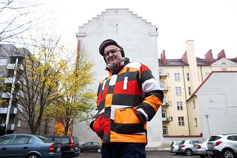 Taustalla näkyvä seinä on esimerkin vuoksi taustana, joten taloyhtiön ei tarvitse hermostua. Simo Ollila kävelee nykyisin muraaliseinää etsivin silmin. Mahdollisuuksia olisi, mutta aloite on nyt taloyhtiöllä.