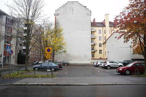 Tämä seinä on kuvassa esimerkinomaisesti. Sinänsä se olisi sopiva paikka uudelle muraalille, mutta asian päättää tietenkin taloyhtiö.