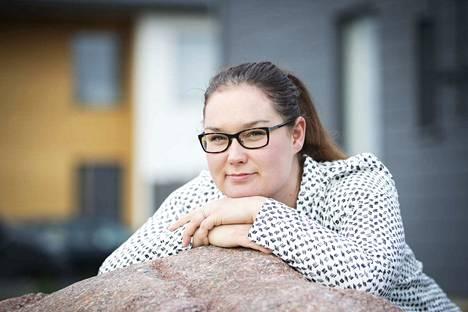 Hallintojohtajan pesti on monipuolinen, mutta niin on Janika Löfbackan harrastuslistakin. Siihen mahtuu uinnin, taekwondon, sulkapallon ja astangajoogan lisäksi pianon ja sellon soittoa.