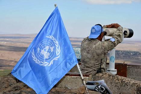 YK pyrkii selvittämään valtioiden väliset riidat rauhanomaisesti. Suomi aloitti rauhanturvatehtävissä jo vuonna 1956. YK:n sinistä lippua koristaa maailmankartta, jota reunustavat oliivipuun oksat.