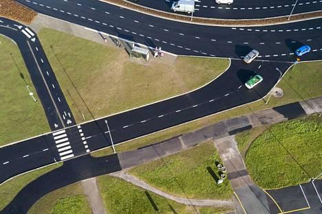 Vasemmalla kaistalla ajava kuljettaja on ryhmittäytynyt vastaantulijoiden kaistalle. Prisma on kuvan alareunan suunnassa.