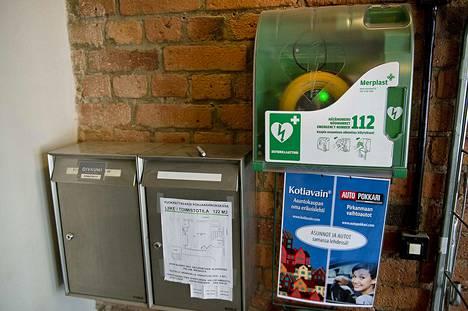 Julkisille paikoille sijoitettujen defibrillaattoreiden määrä on lisääntynyt viime aikoina. Laitteet ohjeistavat käyttäjää toimimaan turvallisesti ja oikein.