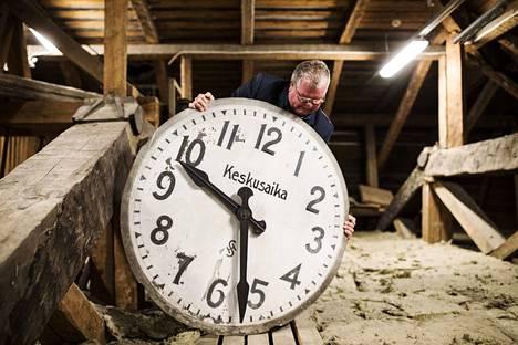 Tampereen Raatihuoneen ullakolla sijaitsee myös talon kello. Virastomestari Sauli Petäjistö esitteli tiloja ja sekä vanhaa että uutta kellotaulua. Kuvassa on ullakolta löytynyt vanha kellotaulu.