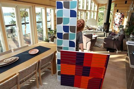 Jaana Koskivaara-Coniel maalaa kotitalonsa 100-neliöisessä huoneessa, jossa on korkeutta jopa 6 metriä. Pitkän seinän ikkunat antavat lounaaseen ja ikkunapintaa on kymmeniä neliöitä.