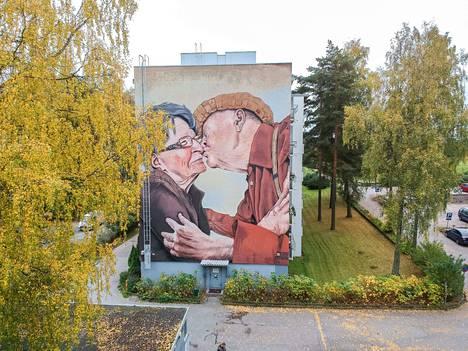 Tämä Teemu Mäenpään muraali Espoossa on saanut paljon julkisuutta. Seinämaalauksen pariskunnasta on tullut myös julkkiksia lähiympäristössä.