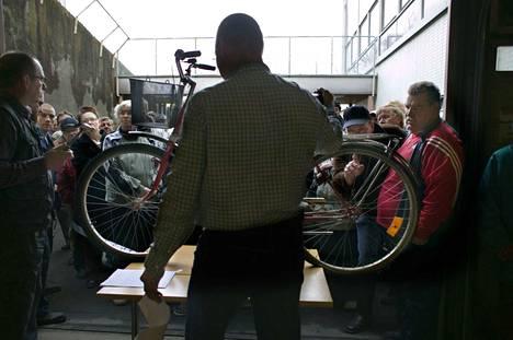 Poliisi huutokauppaa polkupyöriä Raisiossa keskiviikkona. Kuvituskuva.