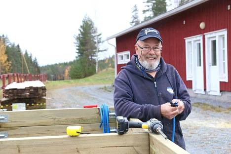 Mandon Kiertäjien puheenjohtaja Pentti Miettinen valmisteli uuden frisbeegolfradan heittoalustojen runkoja Keurusselän liikuntapuistossa tiistaina.