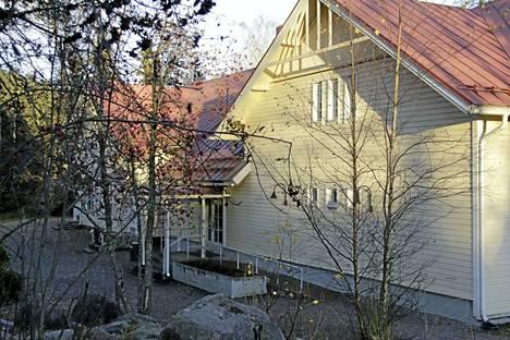 Viralan kyläkoulu on säästettävien listalla.